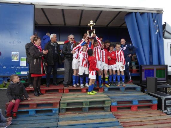 Jean Petitpretre maire a le plaisir de remettre la coupe à l'équipe du Poinçonnet gagnante du tournoi des U11